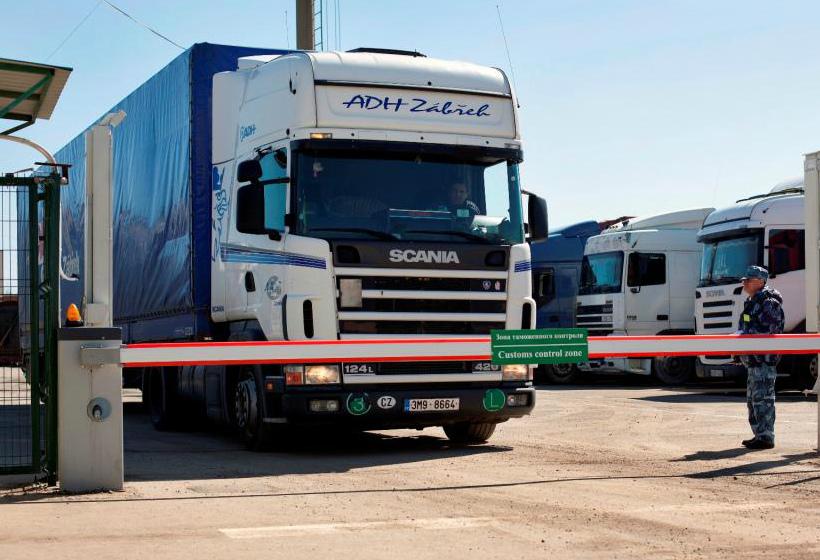 Машина проходит таможенное оформление грузов из Китая